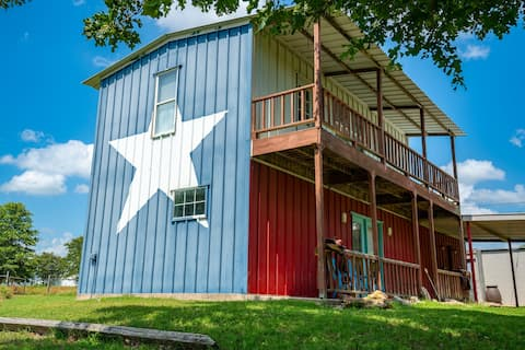Sunset Oaks Texas Country Cabin, a city getaway