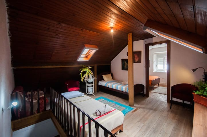 Cosy Attic, good for a family, 20min away  Lisbon