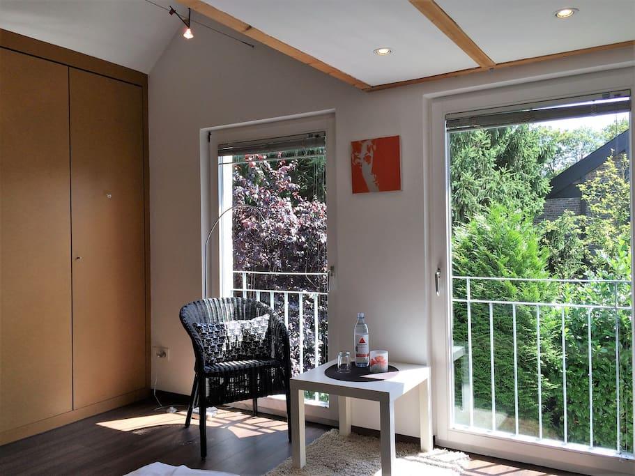 Gartenzimmer: Bodentiefe Fenster geben viel Licht und holen die Natur hinein.