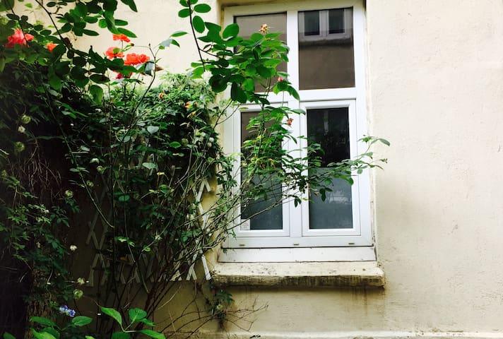 Soverommet har vindu ut mot den rolige bakgården.