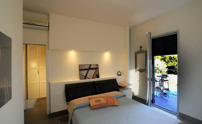 Camera, bagno, terrazza vista mare