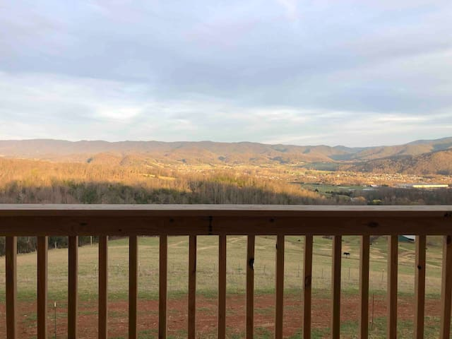 "Rideview Cabin ""Carson"" Mountain Views"