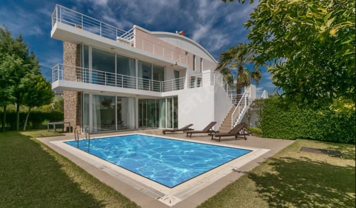 Huzurlu Bir Ortamda Özel Havuzlu Villa