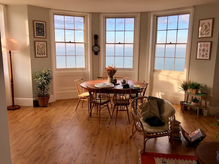 Seafront flat, Grade II, 5 mins from everything
