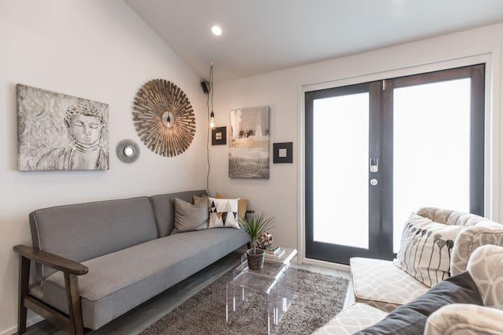 Woodbridge Cottage: New Listing, Intro Price!