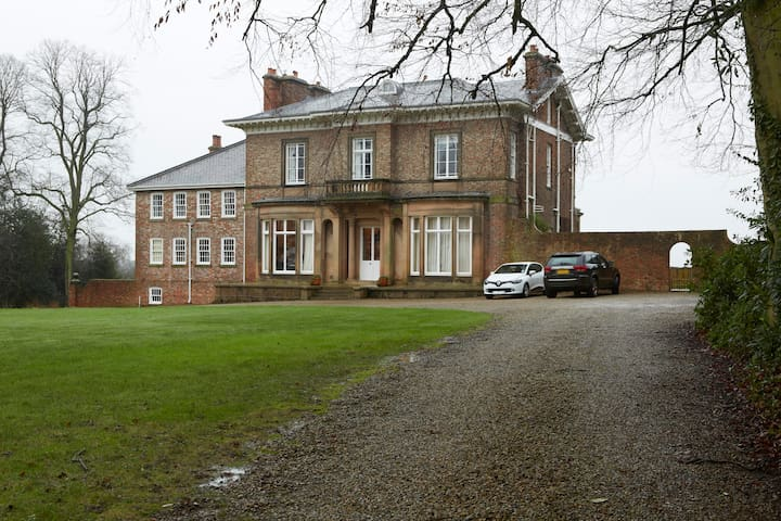 Stay in an Edwardian Mansion House - Wighill - Dom