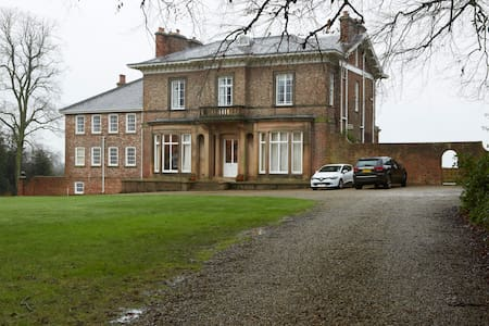 Stay in an Edwardian Mansion House - Wighill - Haus