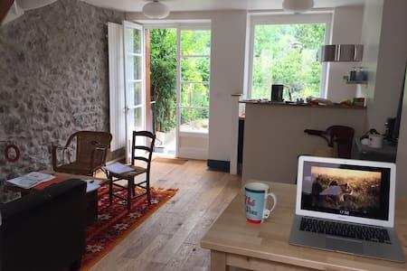 Petite maison au bord de la riviere - moulis