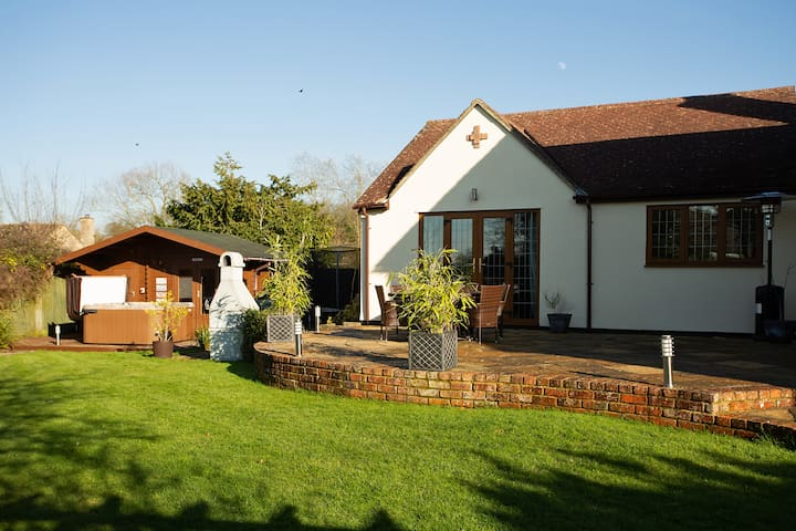 Two bed annexe with hot tub in rural Wiltshire
