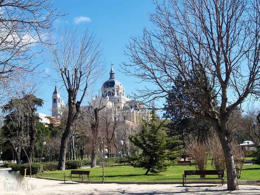 La Catedral de La Almudena, es lo primero que ves, saliendo del portal.