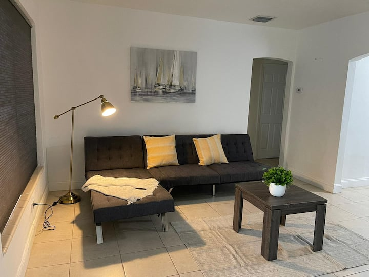 Awesome house @Coral way W Private patio & Parking