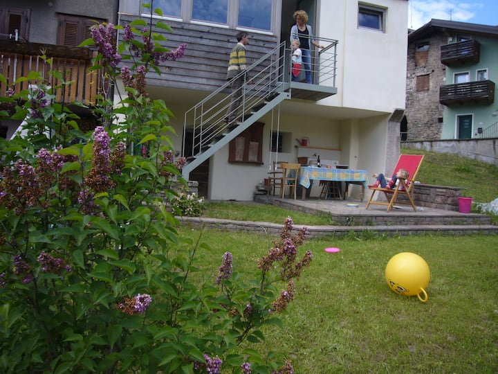 Casa storica in porfido con giardino