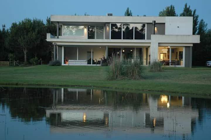 Divina casa de 400m para 11 pax con vistas al lago