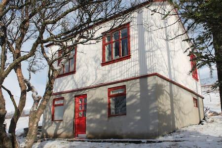 A nice little cottage named Hóll - Fáskrúðsfjörður - Ház