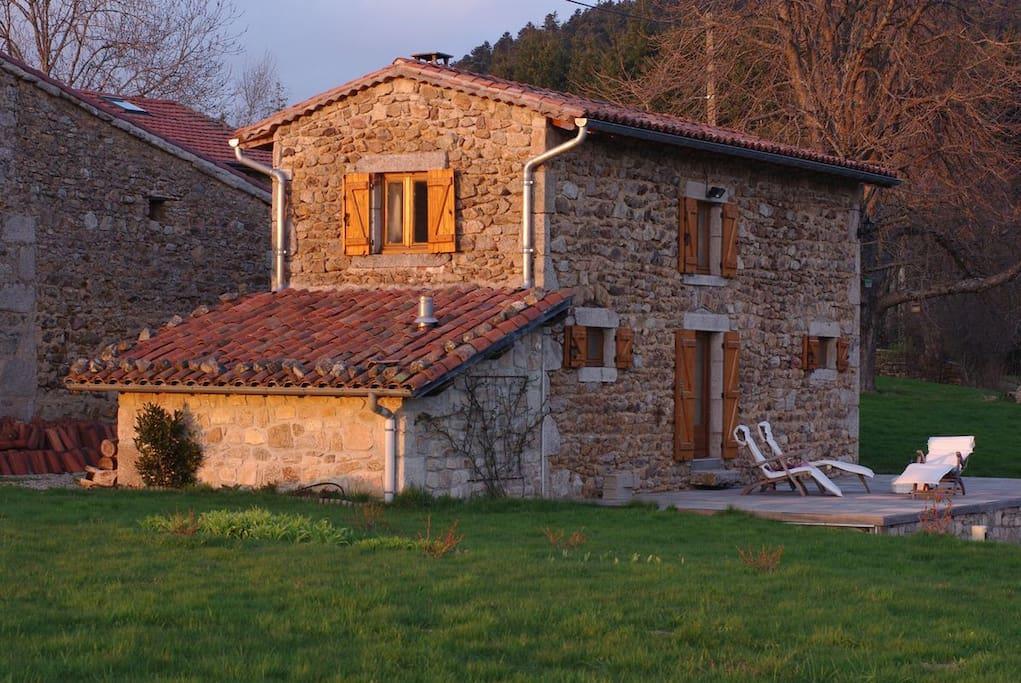 G te avec jardin et piscine houses for rent in viscomtat for Auvergne gites avec piscine
