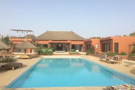 Très grande chambre avec piscine - Nianing - Konukevi