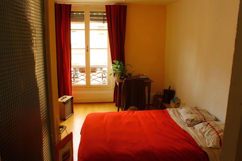 La chambre, simple et élégante, avec un petit bureau!