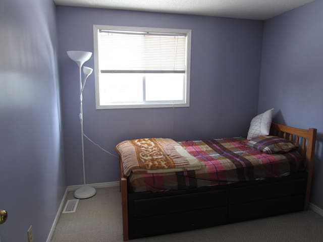 Cheap, Clean & Quiet Private Room with Single Bed - Kitchener