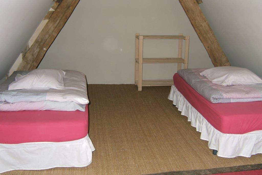 la chambre au 1er étage avec 2 petits lits 80x190