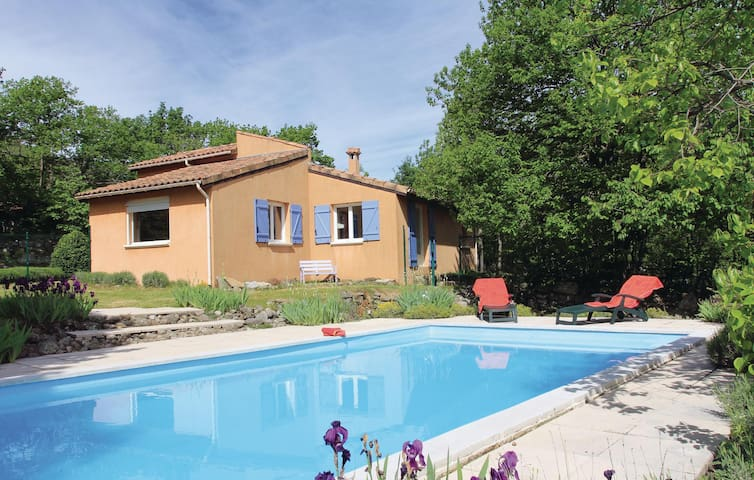 Holiday cottage with 3 bedrooms on 140m² in Mayres