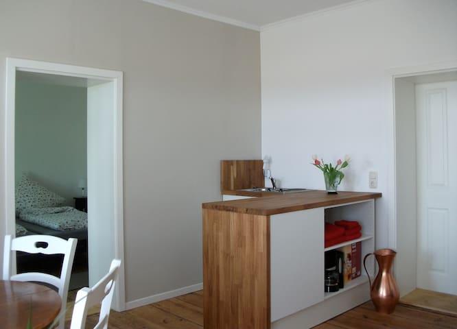 Küche, dahinter Schlafraum für zwei, eigene DU/WC, DSL