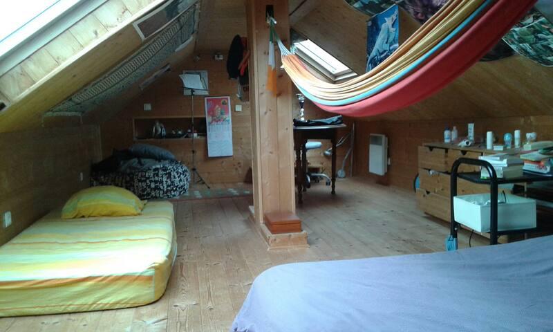 Grande chambre sous les toits - Maxilly-sur-Léman - บ้าน
