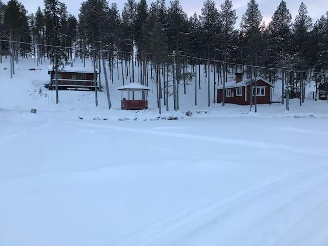 mysig stuga belägen vid sjö i poikkijärvi