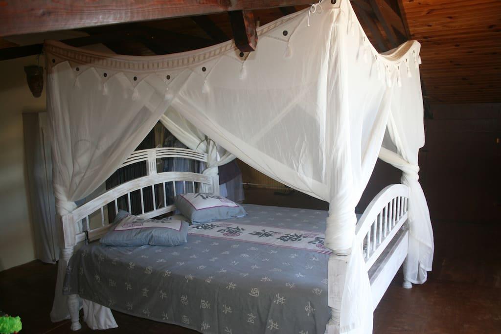 Grande mezzanine avec lit King size et deux lits enfants