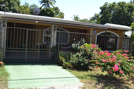 House close to the beach Miramar, - Miramar - บ้าน