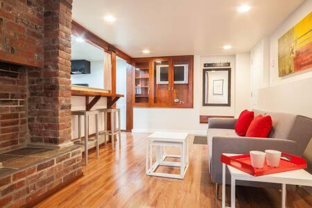 Garden suite, loft flair, sleeps 4! - Vancouver