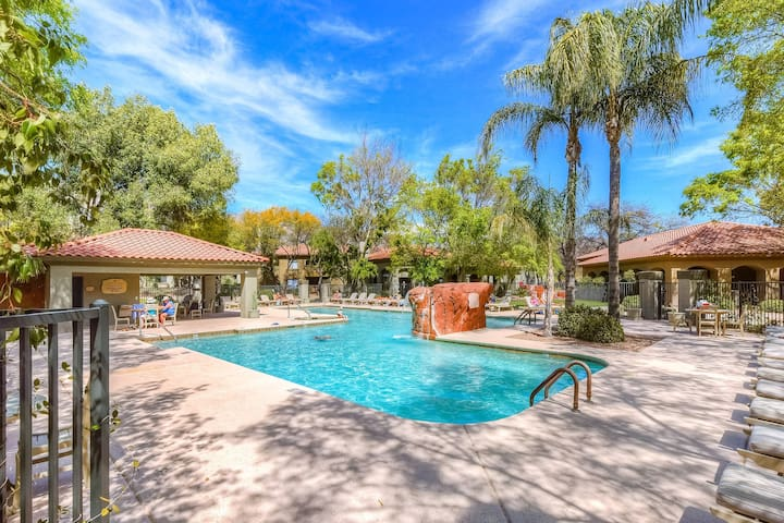 Remodeled dog-friendly condo w/Catalina mountain views and shared pool & hot tub