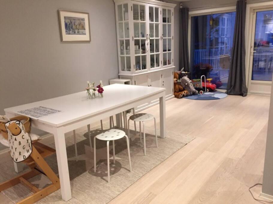 Spisebord som kan trekkes ut.