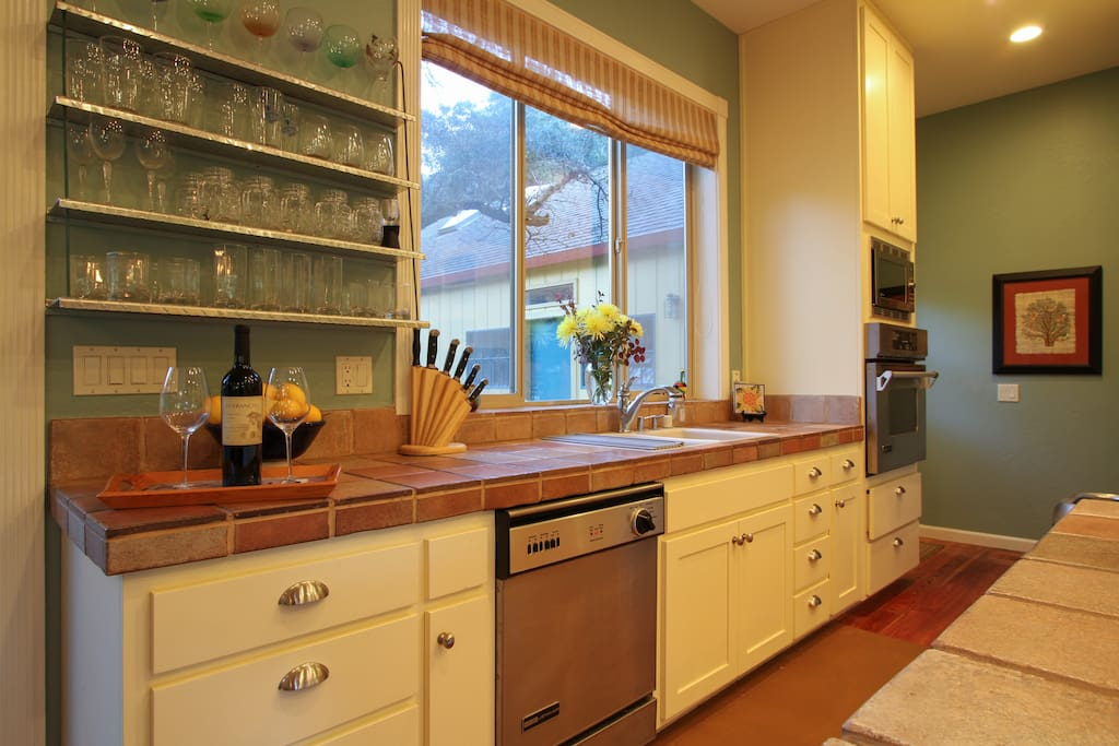 Well equipped gourmet kitchen