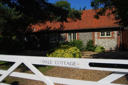 Spacious, private character cottage - Thornham