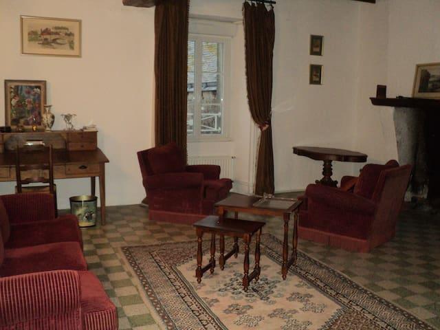 Maison XVIIe 1er etage - Villemoisan - Apartemen