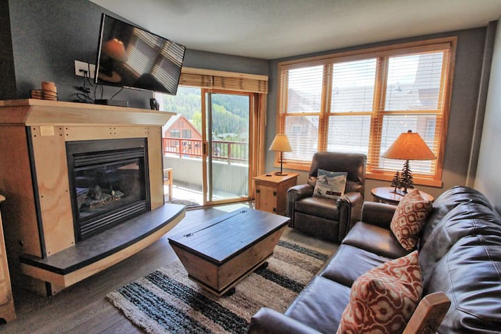 Light & Bright ski condo with Views! Walk to lift!
