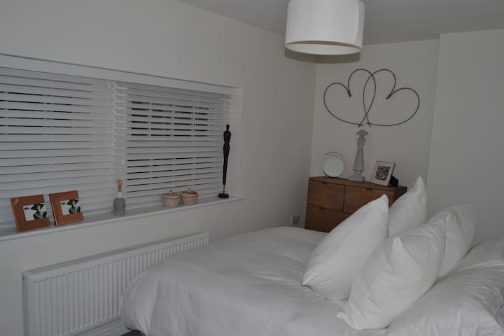 Luxury 1 bed apartment, 2 minute walk to town