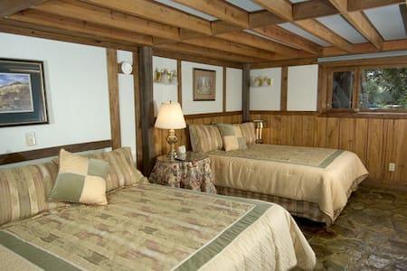 West Oak Room 5; patio; water fall - Bryson City - Bed & Breakfast