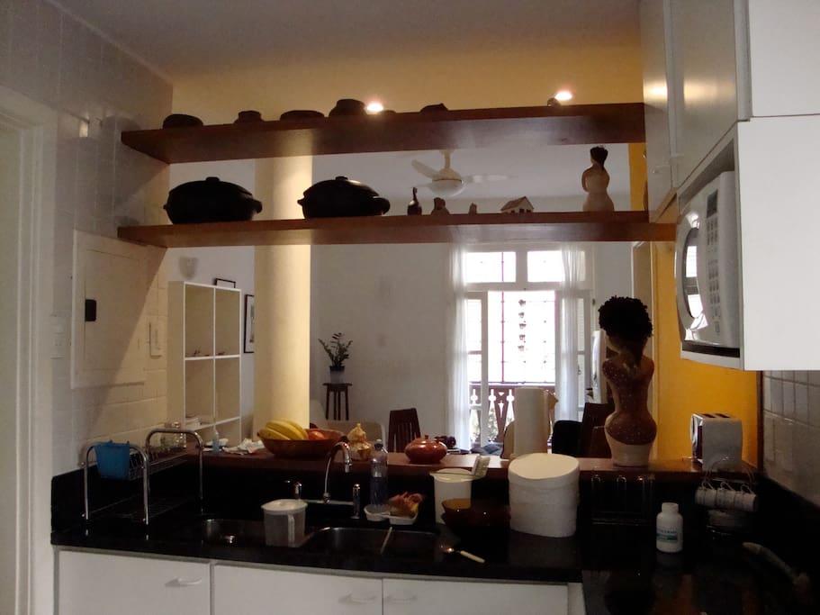 Bancada da cozinha, equipada com lava-louças.