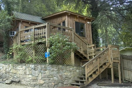 West Oak Cabin 2; cozy; great view - Bryson City