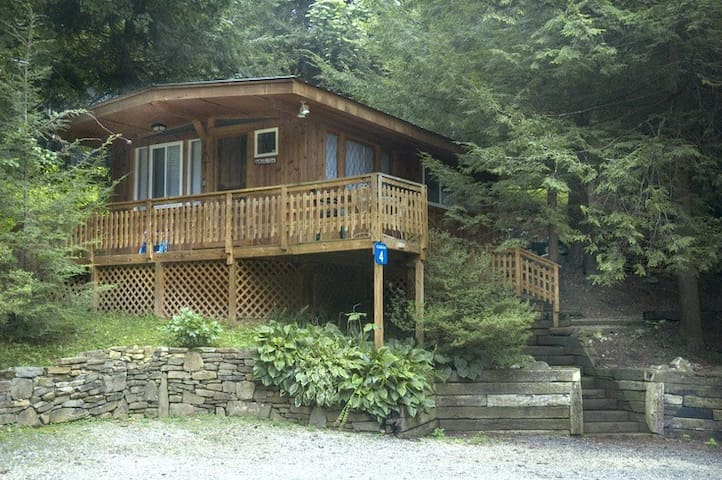 The Blackbear at West Oak Lodging -Queen Cabin #4