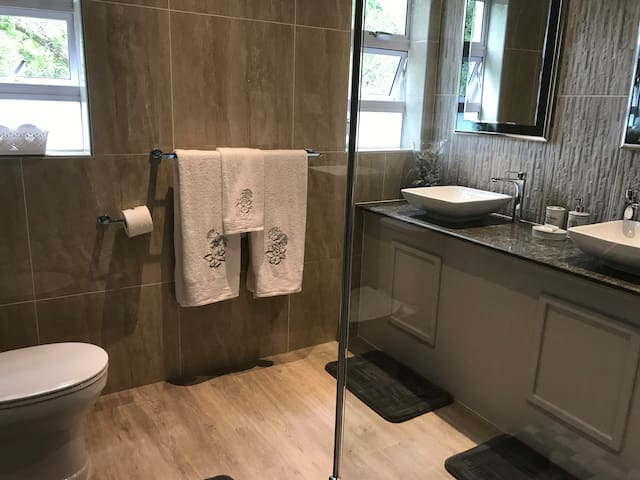 Double vanity with towels and soaps