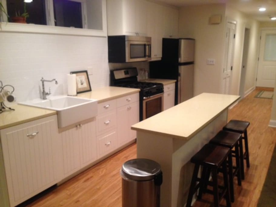 New construction close to subway appartements louer for Aki kitchen cabinets astoria ny