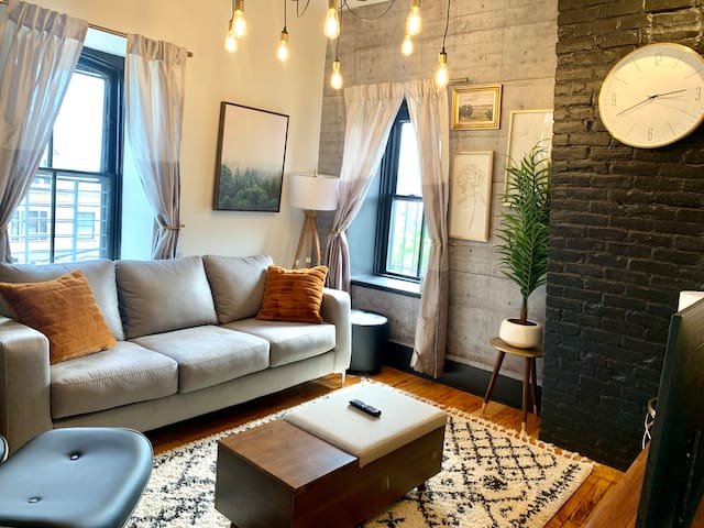 **Bright, Clean and Stylish. Minutes to Downtown**