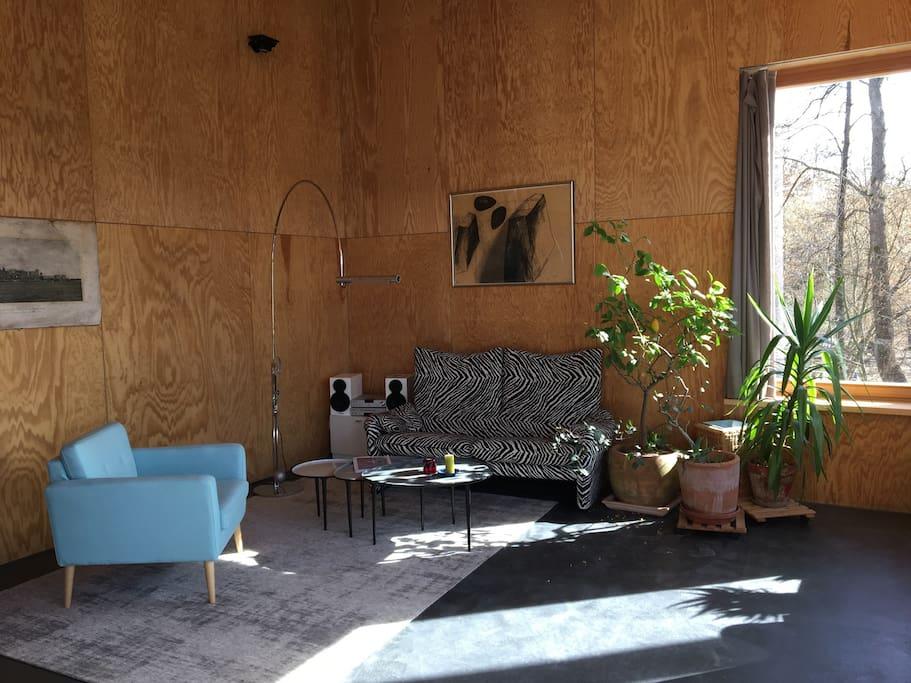 Wohnzimmer an einem Sonnentag