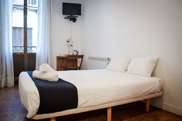 Comfortable room, central old town location!!