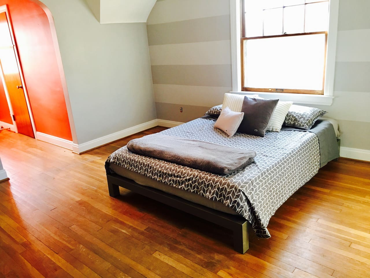 The Chicago Room (1 queen bed)