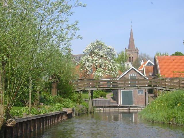 Opperdoes: vanwege de vele bruggetjes word Opperdoes ook wel 'Klein Giethoorn' genoemd.