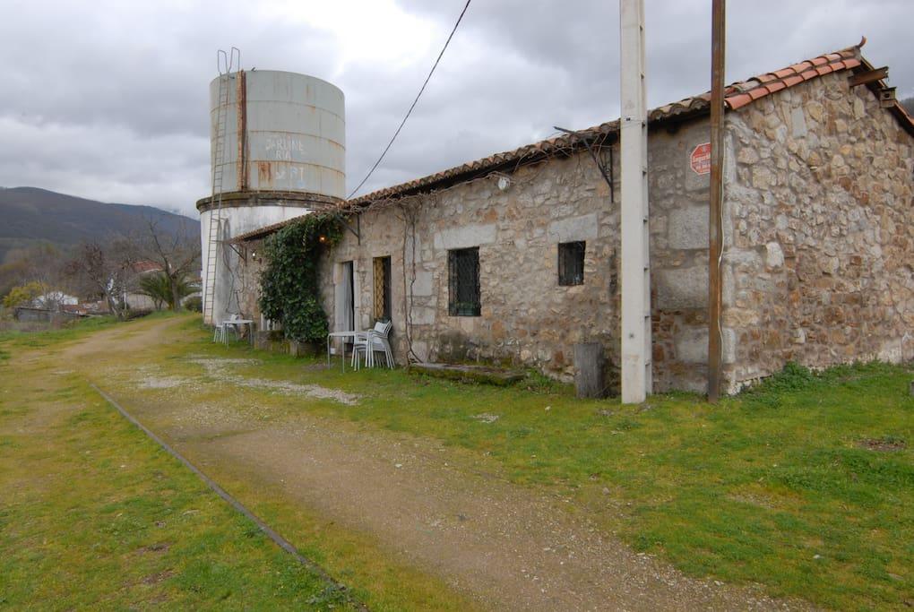 Apartamentos y deposito de agua simbolo ingenieria ferroviaria