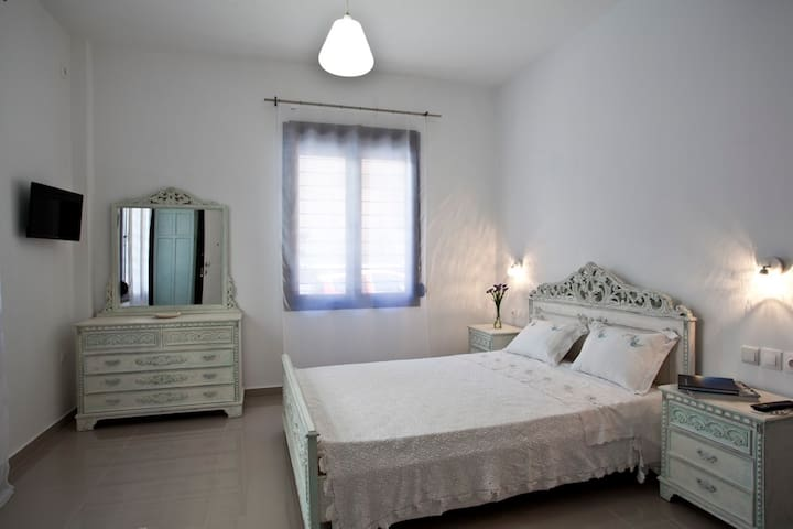 Sophia - Double bedroom en suite - serviced